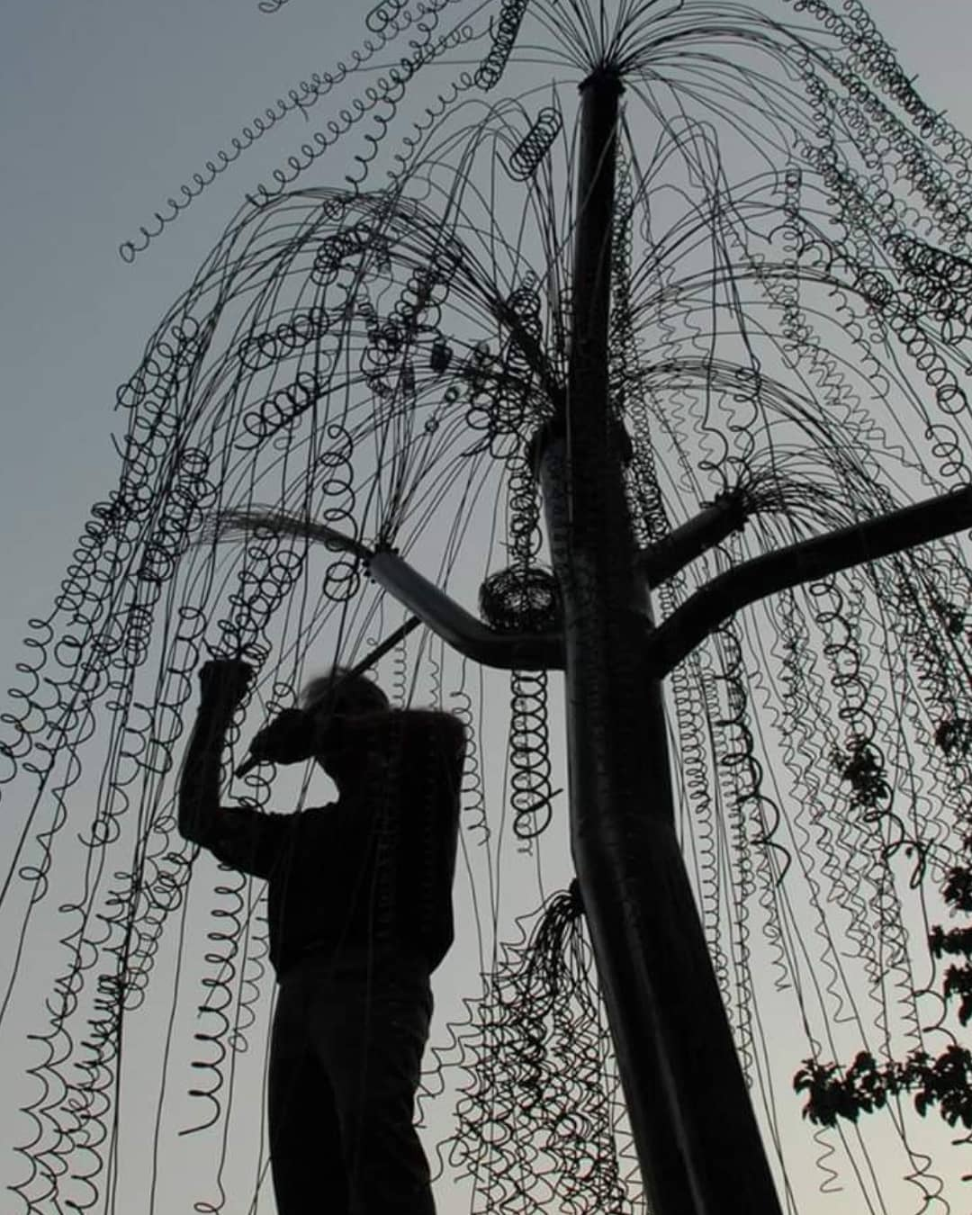 علی داوری در حال نصب مجسمه چوپان در خانه هنرمندان
