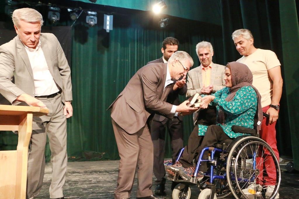 حضور اسماعیل تبادار در تالار حافظ شیراز برای تماشای نمایش گروه تئاتر معلولان جسمی حرکتی باران با عنوان راز درخت مقدس