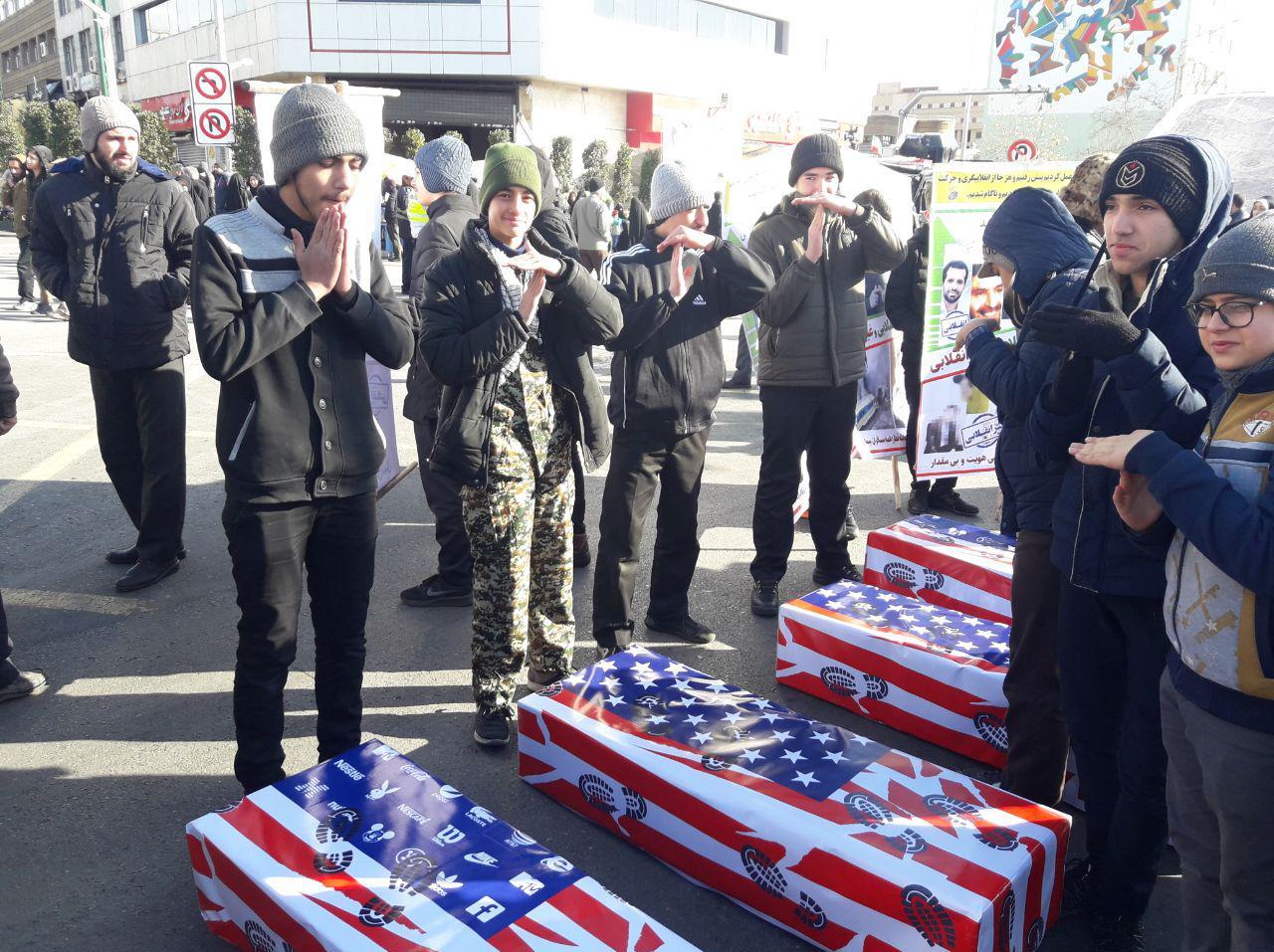 تابوت تروریستهای آمریکایی در راهپیمایی ۲۲ بهمن