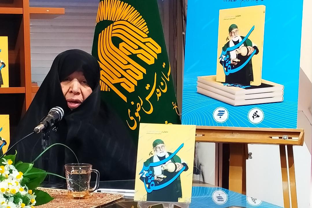 مادر حاج محمود کریمی در رونمایی از کتاب سید سقا