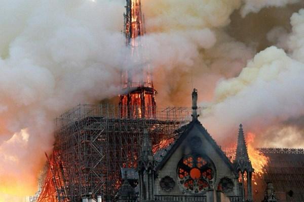 کلیسای نوتردام آتش گرفت؛ بنای اصلی ساختمان فرو نریخت - 11