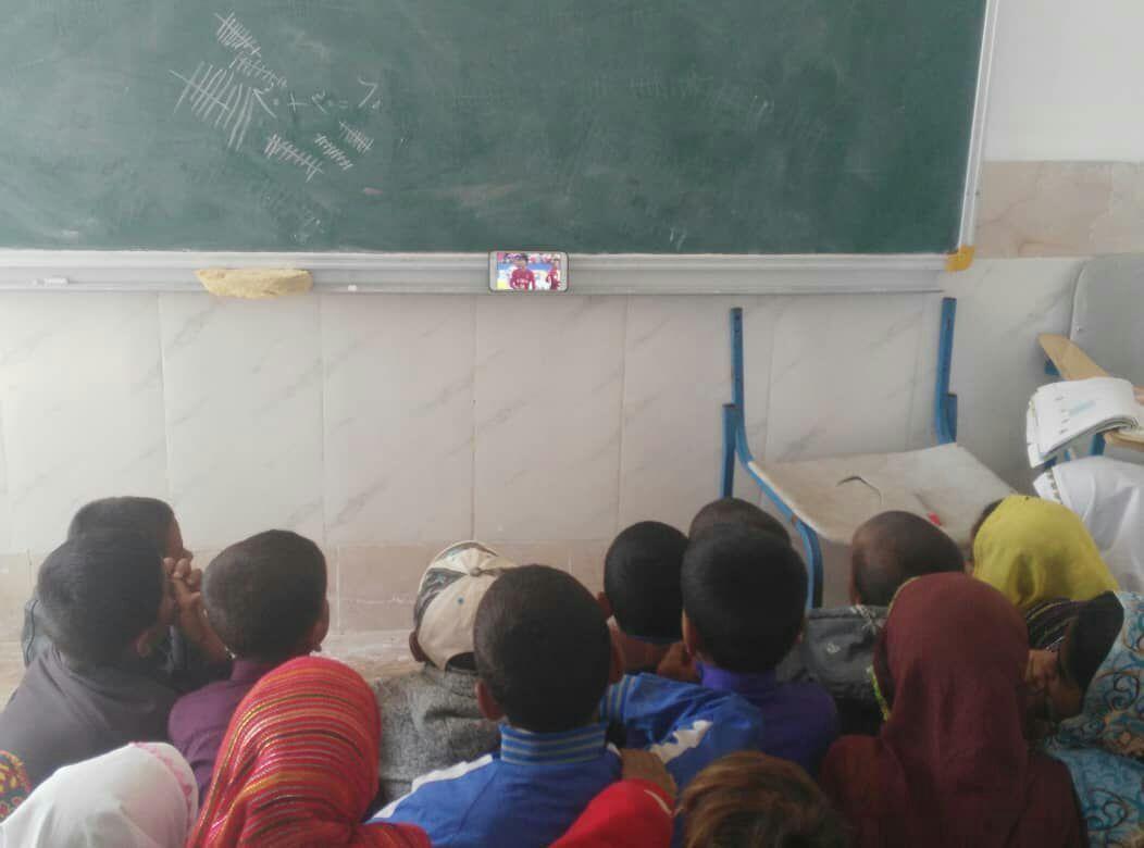تماشای فوتبال از سوی دانش آموزان یک مدرسه روستایی در دهستان رمشک شهرستان قلعه گنج کرمان