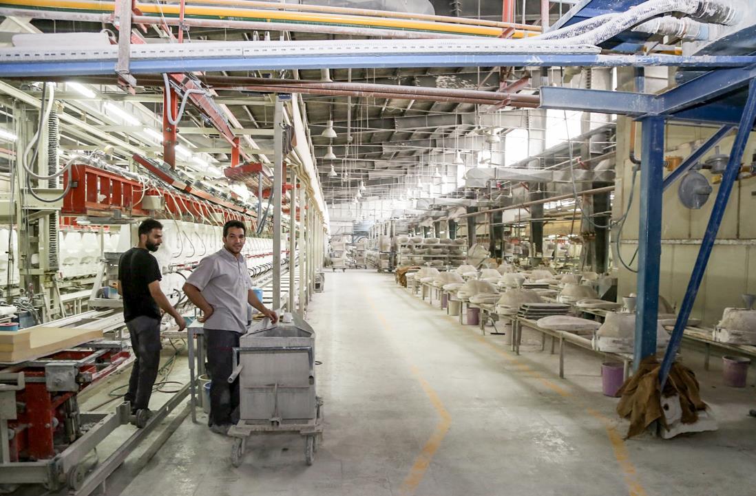 استاندار فارس در جریان بازدید از کارخانه تولید چینی بهداشتی گلسار فارس