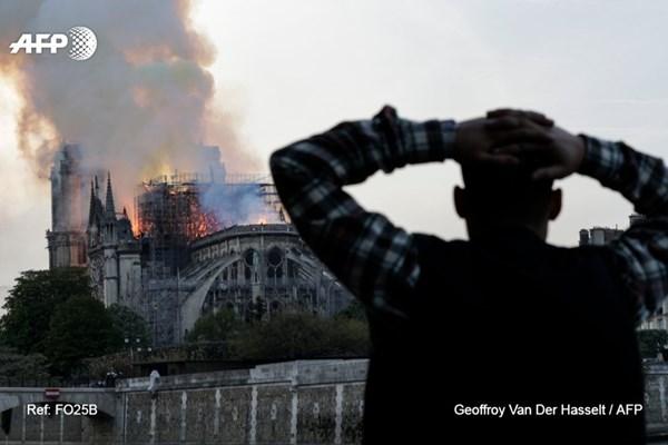 کلیسای نوتردام آتش گرفت؛ بنای اصلی ساختمان فرو نریخت - 10