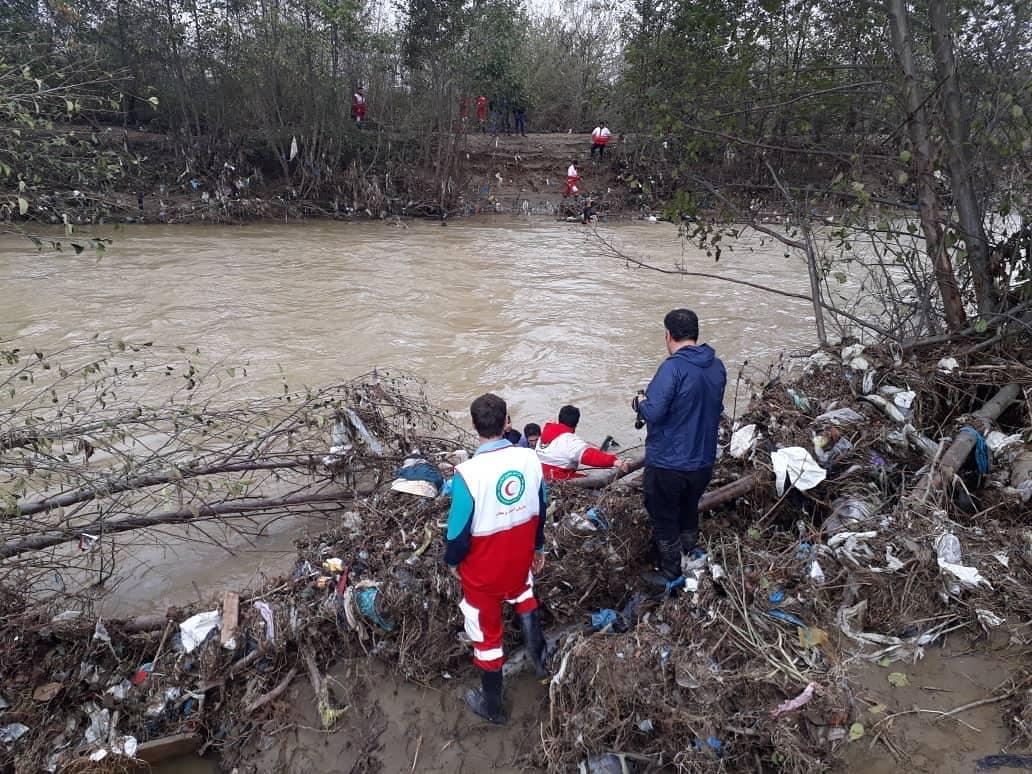 جستجوی امدادگران گیلان برای یافتن سرنشنین خودرو در رودخانه فومن1