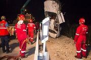 نجات دو مصدوم از یک سواری پژو پارس