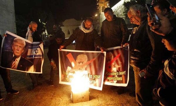 به آتش کشیدن تصاویر ترامپ توسط فلسطینی ها