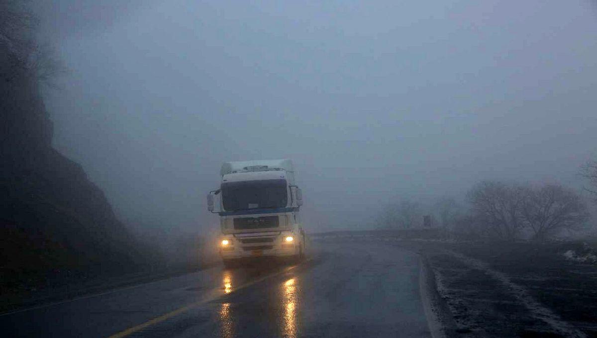 مه غلیظ  و کاهش میدان دید افقی در برخی محورهای مواصلاتی در استان اصفهان