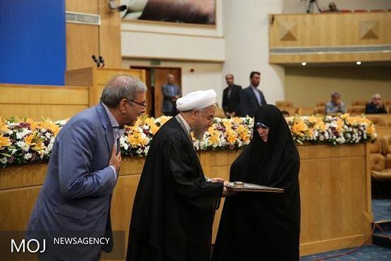 رئیس جمهور از خانوادههای شهدای دولت تجلیل کرد