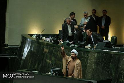 سیل بوسه های شادباش نوروز در صحن علنی مجلس/ آزادی خواه