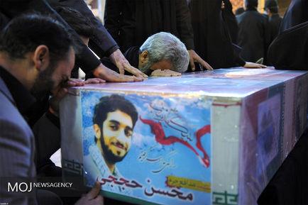 حضور مقام معظم رهبری در کنار پیکر مطهر شهید حججی