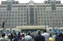 جمعی از سپرده گذاران موسسه اعتباری کاسپین و متقاضیان مسکن مهر مقابل مجلس تجمع کردند