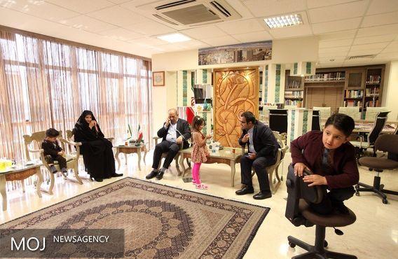 محمود صلاحی با خانواده شهید مدافع حرم دیدار کرد