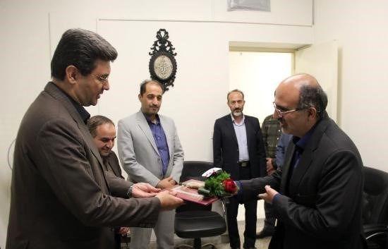 مدیر روابط عمومی فرمانداری یزد همزمان با روز ارتباطات تقدیر شد