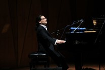 سامان احتشامی در تالار وحدت پیانو مینوازد