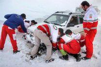 امدادرسانی نیروهای هلال احمر اصفهان به 100 مسافر گرفتار در برف