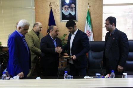 شهردار رشت از علیرضا کریمی قهرمان ارزنده کشتی ایران تقدیر کرد