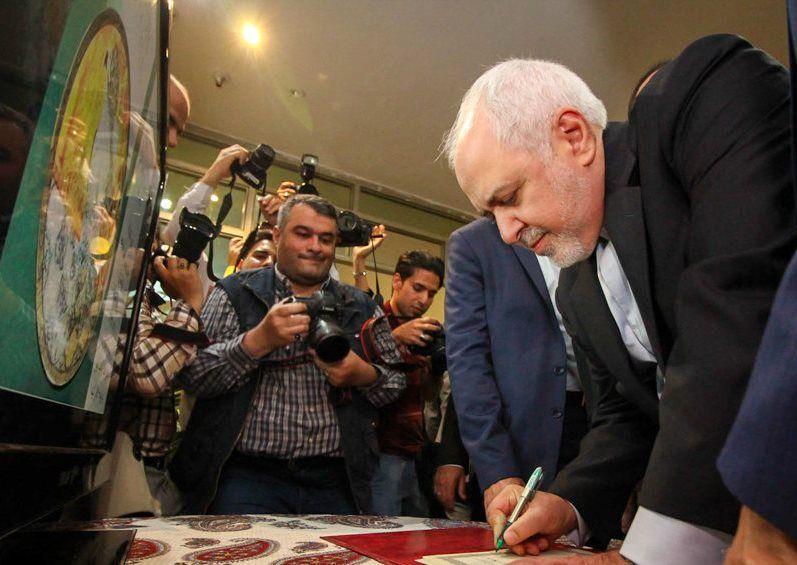 هدایای ۵٠ کشور به وزیر امور خارجه در اصفهان رونمایی شد