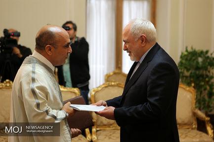 تقدیم رونوشت استوارنامه سفیر جدید تونس به محمدجواد ظریف وزیر امور خارجه