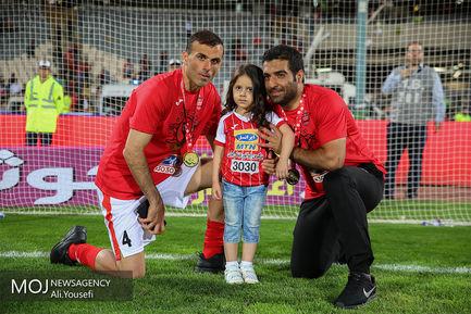 جام قهرمانی هفدهمین دوره لیگ برتر فوتبال به باشگاه پرسپولیس