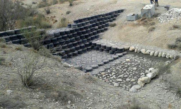 ساخت اولین سازه آبخیزداری هرمزگان با لاستیک های فرسوده