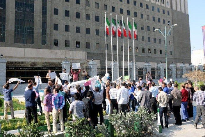 تجمع بازنشستگان مقابل مجلس با شعارهای سیاسی