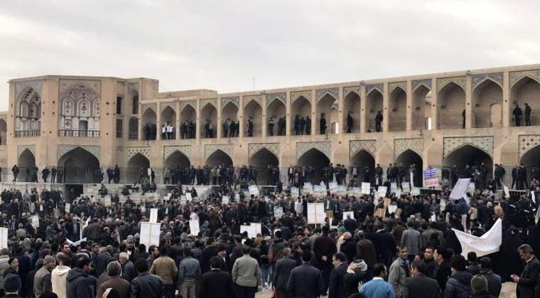 تجمع کشاورزان اصفهانی برای حقابه خود در مقابل پل خواجو