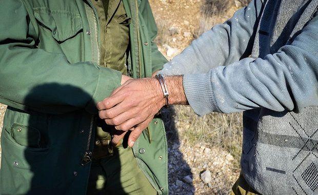 دو شکارچی غیرمجاز در دام قانون/دستگیری دو شکارچی غیرمجاز در ارتفاعات بندرلنگه