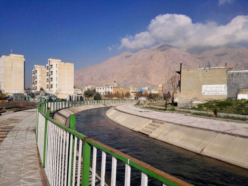 یک طرف حاشیه رودخانه چم بشیر کرمانشاه نرده گذاری شد