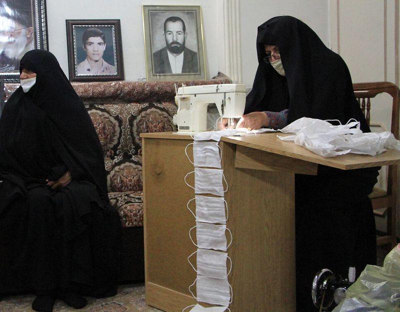 کار جهادی مادر شهید در ساخت ماسک و هدا به مراکز درمانی یزد
