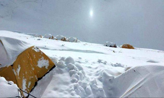 اهتزاز پرچم ایران بر روی فراز قله لوتسه/ «عظیم» در راه فتح قله