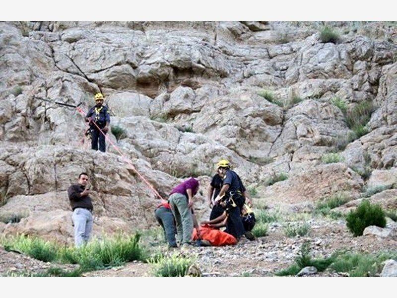 سقوط مرگبار یک جوان 19 ساله از کوه امامزاده سید محمد درخمینی شهر