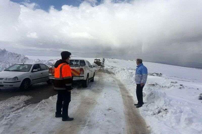 نجات مسافران گرفتار در جاده های برفگیر کرج