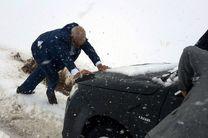 ملکشاهی راد و رئیس سازمان جهاد کشاورزی لرستان به مردم گرفتار در برف کمک کردند