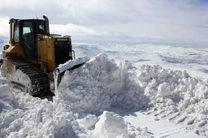 امدادرسانی هوایی به روستاهای گرفتار در برف منطقه پشتکوه در فریدونشهر/ توزیع 60 بسته غذایی