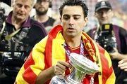 ژاوی جام را به قهرمان جام ملتهای اروپا تحویل میدهد