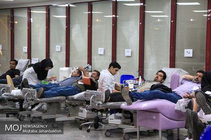 استقبال مردم برای نذر خون در سازمان انتقال خون اصفهان شب نوزدهم ماه مبارک رمضان
