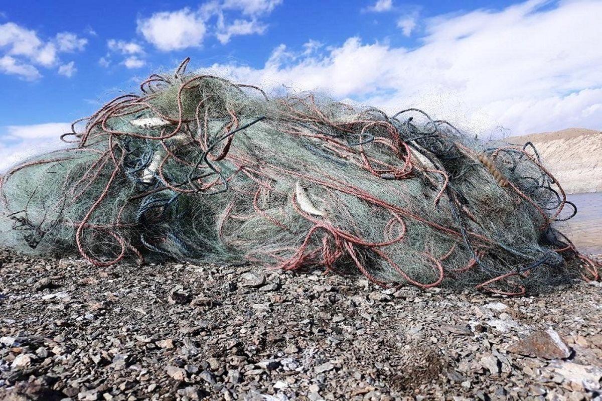 جمع آوری بیش از ۳۰۰ متر تور ماهی گیری از دریاچه سد حنا