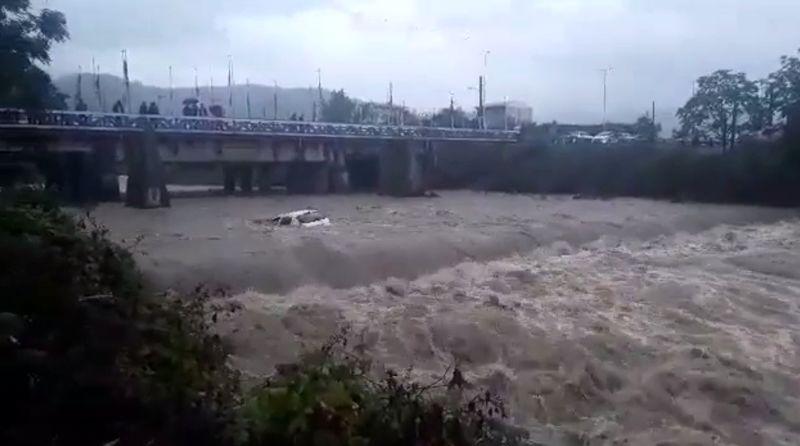سقوط یک دستگاه پژو 206 به رودخانه حویق در محور تالش - آستارا