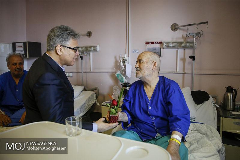 بیمارستان تعطیلی ندارد و محفلی سیاسی و اجتماعی است