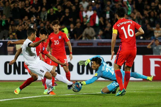 دیدار تیم ملی فوتبال ایران و کره جنوبی آغاز شد