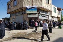 ده پن مملو از جمعیت در انتظار انداختن رأی به صندوق است