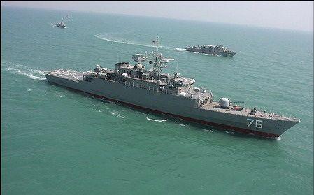 ناو آمریکایی پس از برخورد به یک کشتی تجاری در ساحل ژاپن در حال غرق شدن است
