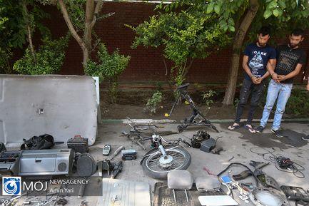 دستگیری دوقلوهای جاعل سند نمره کار خودرو و موتورسیکلت