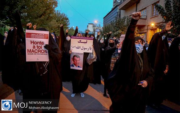 تجمع اعتراضی مردم مقابل سفارت فرانسه در تهران