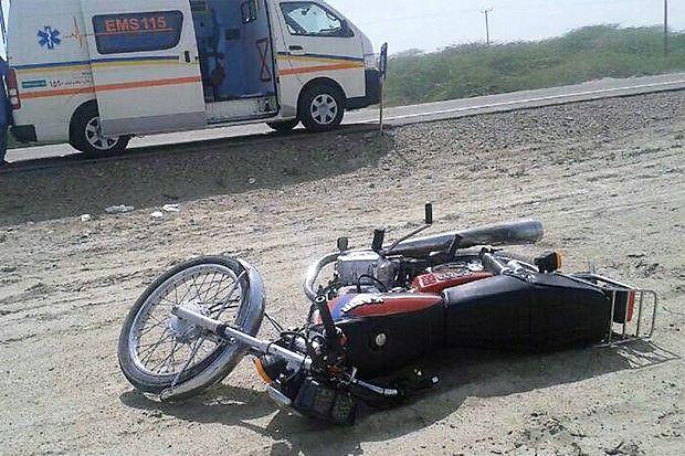 برخورد پژو پارس با موتور سیکلت حادثه آفرید