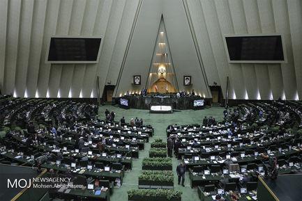 سیل بوسه های شادباش نوروز در صحن علنی مجلس