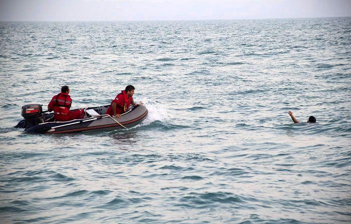 نجات دو سرنشسن یک قایق صیادی در آبهای کیش