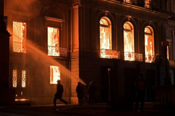 موزه ملی ریودوژانیرو آتش گرفت