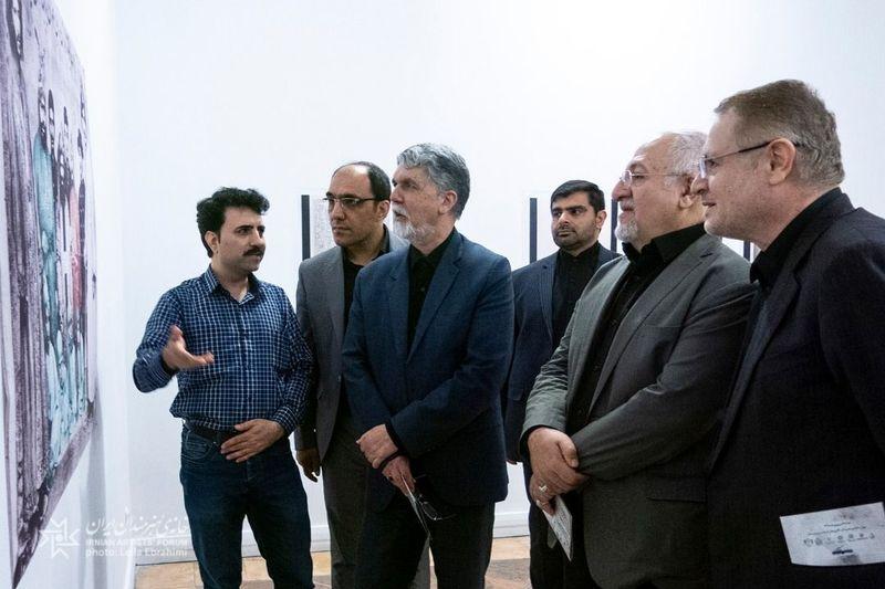 وزیر ارشاد از نمایشگاه به روایت نسخه خوانان بازدید کرد